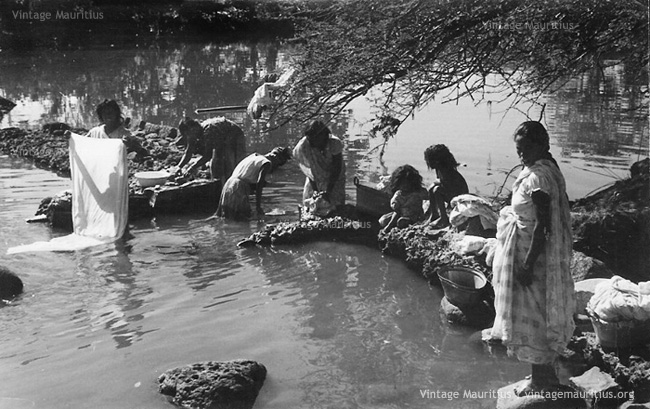 Lavandieres a Tamarin - Washerwomen at Tamarin River